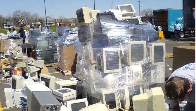 """Más y más """"basura tech"""". No tenemos políticas eficientes para tratar el material tecnológico en desuso."""