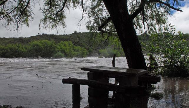 CRECIDA. La masa de agua proveniente de las sierras arribó a la ciudad a primera hora de la tarde (LaVoz).