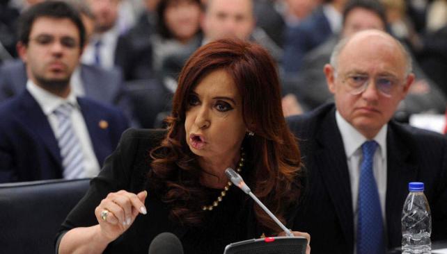 Con Timerman. La Presidenta mencionó cartas en las que San Martín trata a las islas como argentinas (Télam).