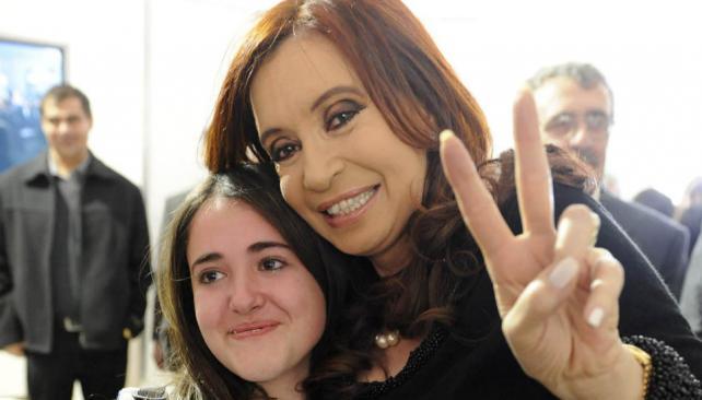 CRISTINA. Con la estudiante Micaela Lisola, que había sido sancionada en Mendoza por querer recordar el Día de la Memoria en un acto escolar (DyN).