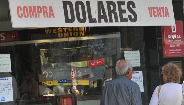 Inquietud. La gente deambulaba por la city cordobesa y cuando pretendía comprar dólares, recibía una negativa constante. No se vendió moneda extranjera (Raimundo Viñuelas/LaVoz).