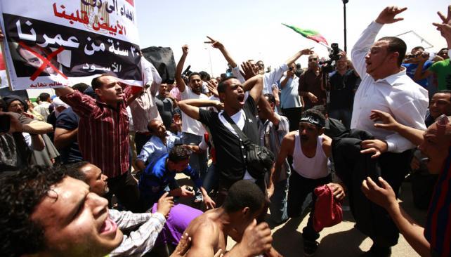 EGIPTO. Decenas de miles de personas rechazaron ayer en El Cairo y otras ciudades egipcias el fallo (AP/Archivo).