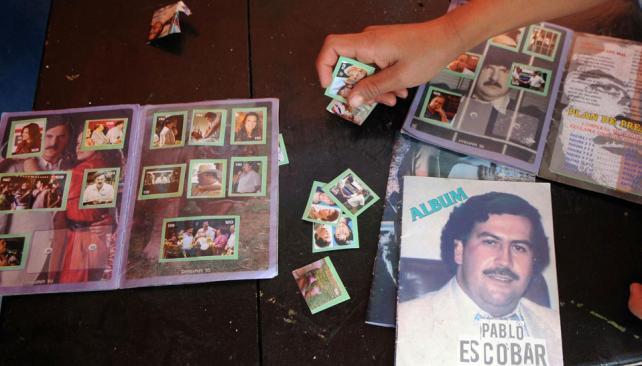Coleccionables. La policía no sabe quién elaboró los álbumes y las figuritas de Pablo Escobar, que se venden en Medellín (AP).