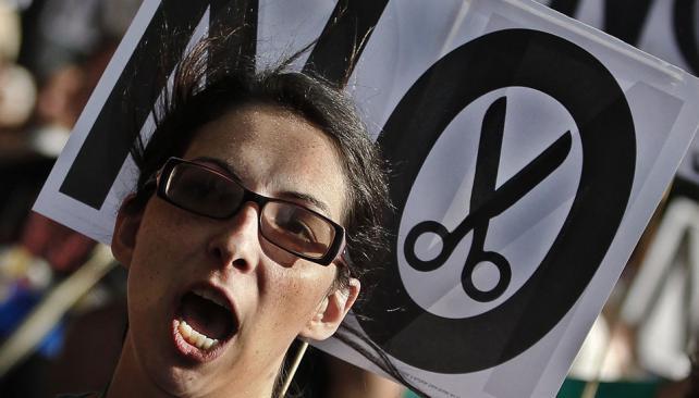 CRISIS. Españoles protestan contra los recortes (AP).
