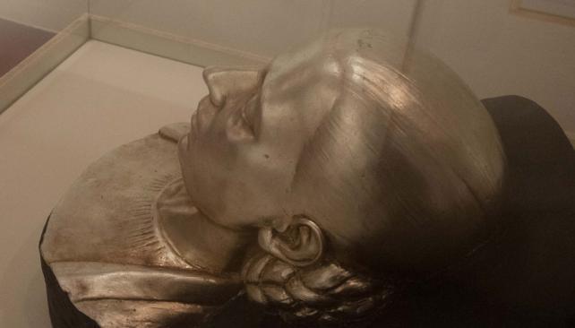 Embalse. En el Museo Eva Perón existe una réplica de la máscara mortuoria (La Voz).