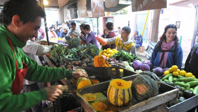 A gusto. En los puestos, el cliente puede elegir la verdura que quiera (La Voz / Raimundo Viñuelas).
