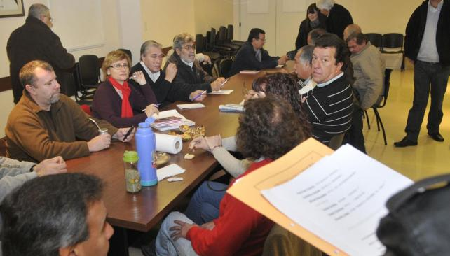 Juntos. Toda la dirigencia de los gremios estatales se reunió en el SEP por la situación de la Caja y continuará el encuentro el lunes (La Voz / Facundo Luque).