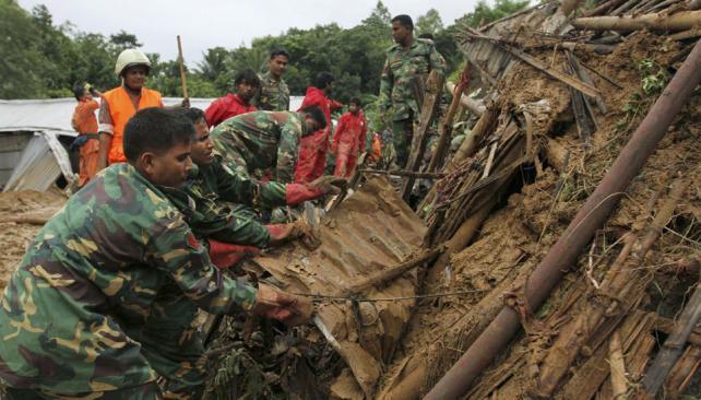 ALUD. Rescatistas buscan a sobrevivientes (AP).