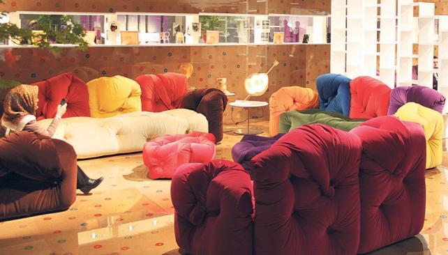 El mueble protagonista fue el sillón en todas sus combinaciones. Colores para los tiempos que corren y formas que invitan al descanso descontracturado.