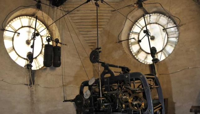 Contando las horas. El tradicional reloj del colegio, en la torre de la esquina de Duarte Quirós y Obispo Trejo (Ramiro Pereyra).
