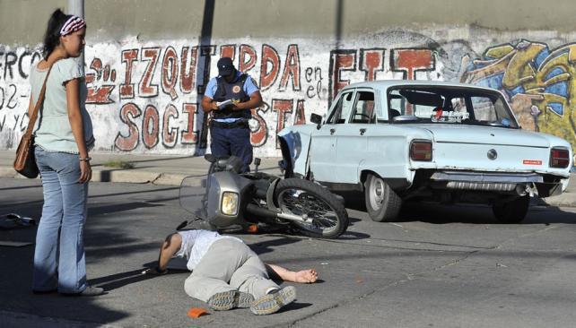 En Capital. Un motoclista sufrió ayer lesiones al chocar contra un Ford Falcon en Lavalleja y Los Andes (Sergio Cejas/La Voz).