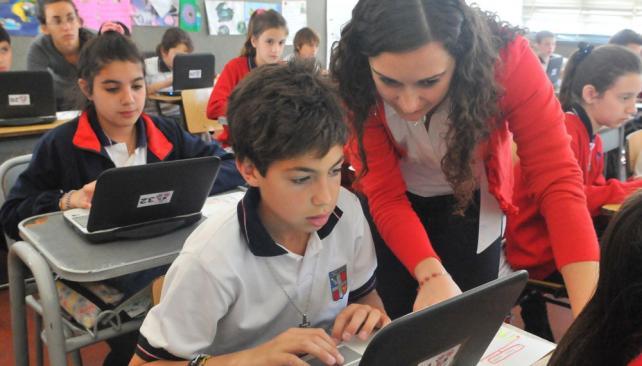 """Aula virtual. En el Taborin comenzaron este año con el modelo """"uno a uno"""" en el secundario. La iniciativa superó las expectativas de todos (Raimundo Viñuelas / La Voz)."""