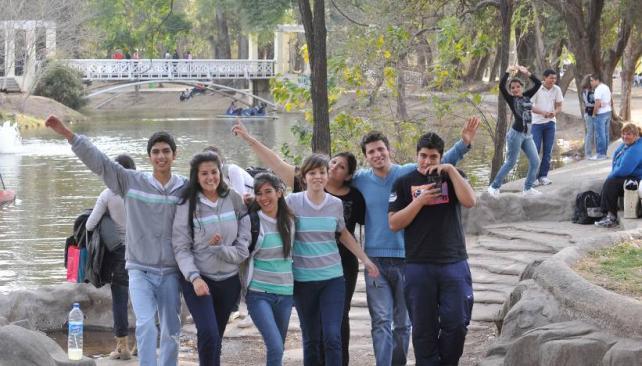 AL AIRE LIBRE. Aprovechando el clima cálido, muchos festejaron el Día del Amigo en el parque (LaVoz/ACarrizo).
