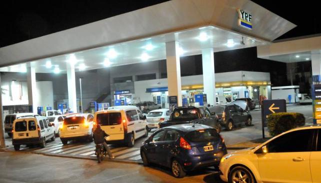 LARGAS FILAS. Anoche los automovilistas tuvieron que esperar para poder cargar combustible (LaVoz/Martín Baez).