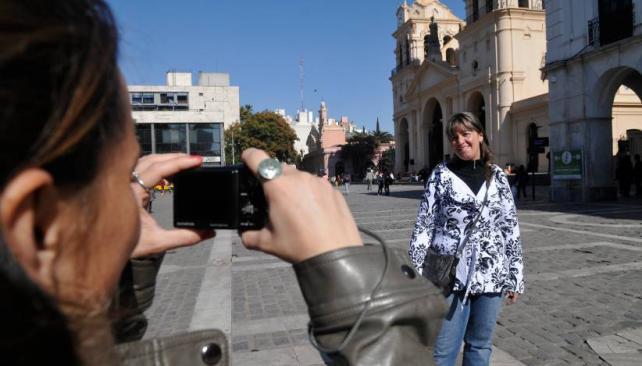 EN EL CENTRO. La mayoría de los turistas recorre el centro histórico de la ciudad (LaVoz/PCastillo).