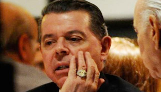 Ostentación. Oyarbide y su anillo son un resabio de épocas monárquicas (DyN / Archivo).