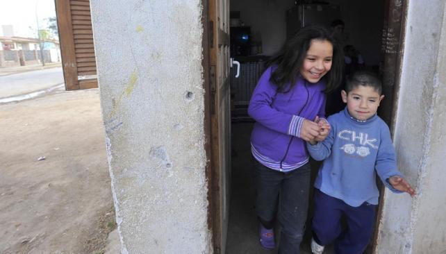 Juntos. Dos de los nietos de Oscar, en la humilde vivienda (Sergio Cejas).