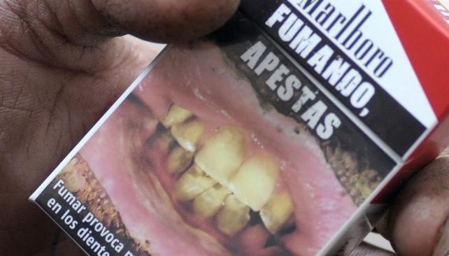 Desaliento. El Estado sostiene que esta foto disuade de fumar.