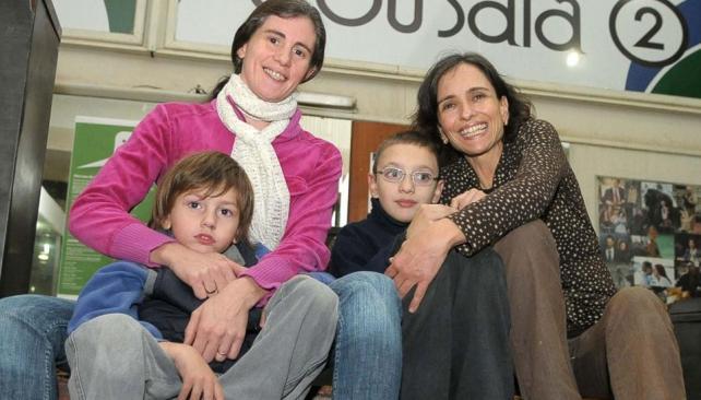 Sin miedo. Julieta Rametta y su hijo Francisco, y Alejandra con Fernando, en el cine.