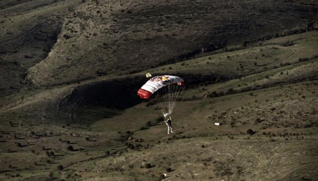 SALTO. Felix Baumgartner, de Austria, utiliza un paracaídas para aterrizar en el desierto cerca de Roswell, durante el segundo vuelo de prueba tripulado de Red Bull Stratos (AP).