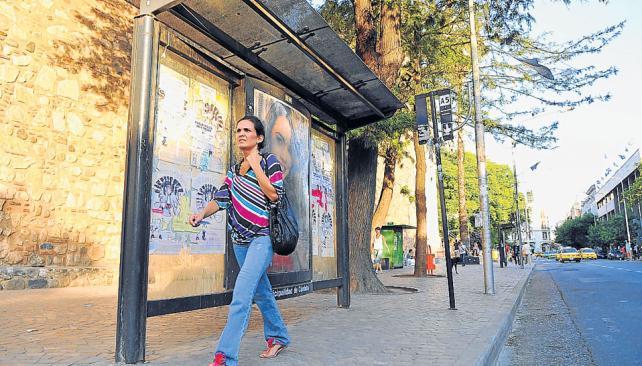 Postal de domingo. Las paradas de Ciudad de Córdoba, desiertas ayer en plena hora pico (Martín Báez / La Voz).