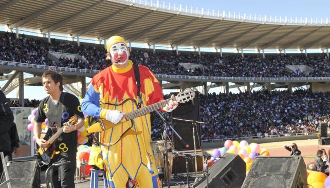 DÍA DEL NIÑO. Piñón Fijo cantó ante a miles de chicos en el evento organizado por el Gobierno provincial en el Estadio Kempes (La Voz / Pedro Castillo).