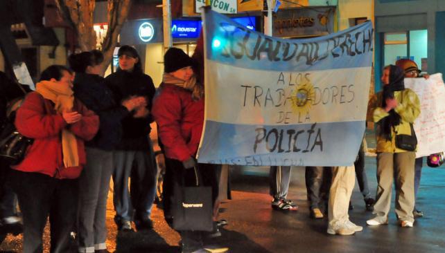 LOS INICIOS DEL CONFLICTO. Protesta de las mujeres de los policías de Santa Cruz, los primeros días de julio (Archivo/LaVoz).