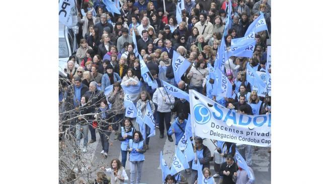 Se abrieron. Las columnas de la UEPC y el Sadop dejaron la marcha cuando empezó la violencia (Ramiro Pereyra / La Voz).