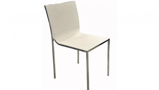 Caño cromado en la estructura y un solo cuerpo de PVC como respaldo y asiento (Roger Berta).