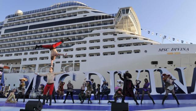 """Pura destreza. Un grupo de bailarines presentó una singularísima versión de """"Piratas del Caribe"""" durante la fiesta de botadura del barco (Gentileza MSC)."""