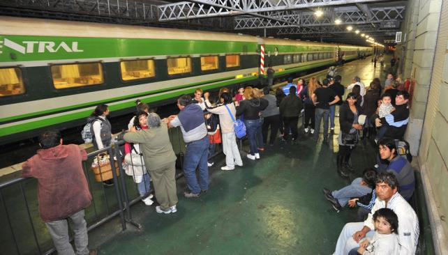 En el andén. Los vagones de Ferrocentral salen llenos. Y aunque el viaje dura 16 horas, el doble que en auto, es muy barato: desde 30 pesos (Sergio Cejas/LaVoz).