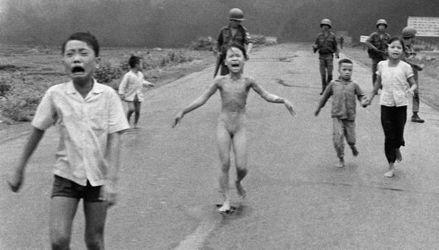 Víctimas. Kim Phuc corre abrasada por los efectos del napalm; adelante, su hermano desconsolado (AP/ Archivo).