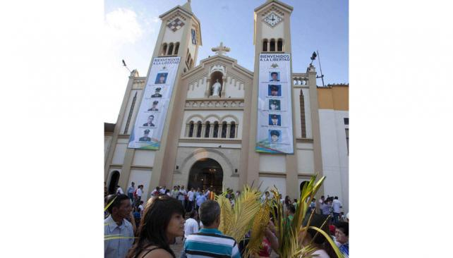 Secuestrados. En una iglesia en Villavicencio, la gente se concentra para una misa por quienes aún siguen en poder de las guerrillas (AP).