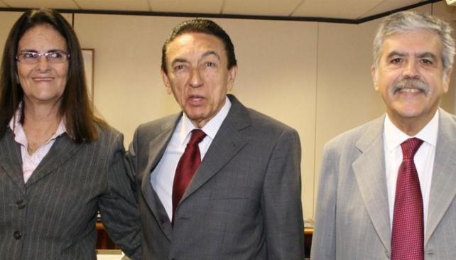 Con Petrobras. El ministro Julio De Vido (derecha), ayer junto a su par brasileño, Edison Lobao, y María Foster, de Petrobras (DyN).