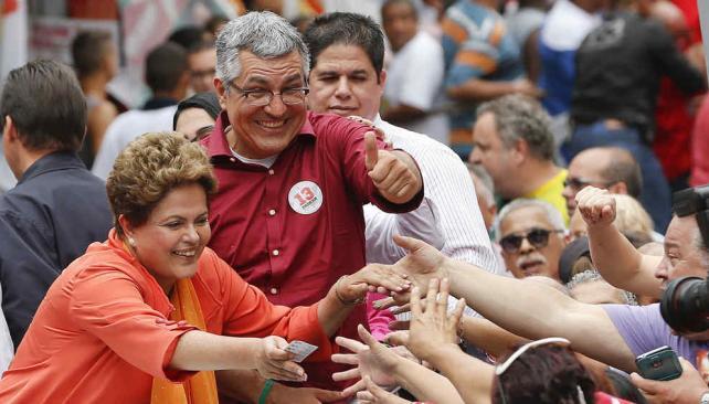 Se despega. Rousseff obtendría el 45% de votos válidos el domingo, según Datafolha (AP).