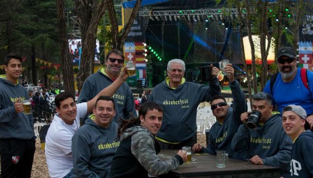 """La """"banda"""". Los Meriggi que llegaron este año, en el predio del parque cervecero de Villa General Belgrano."""