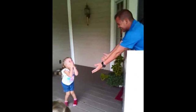 Una niña recibe a su padre como regalo de cumpleaños