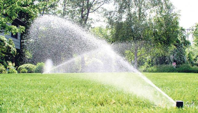 El agua justa la voz del interior for Aspersores riego jardin