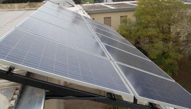 Ambiente. Los paneles que generan energía, en el techo de la UTN. Es más barato y más sustentable (La Voz).