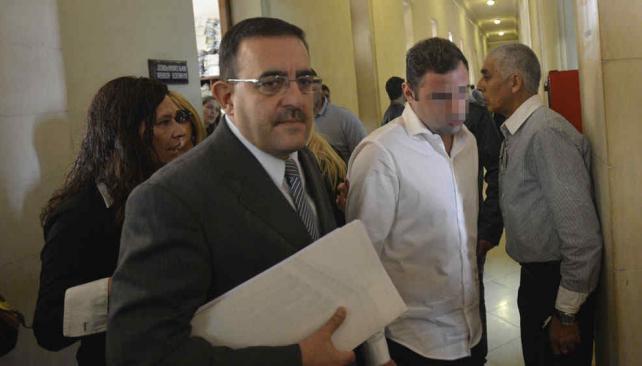 Al banquillo. Junto a su abogado, el imputado C. M. B. fue el primero en entrar a la sala de audiencias (Pedro Castillo / La Voz).