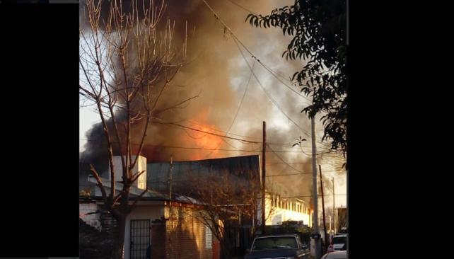 Incendio consumió un depósito de papel en Los Boulevares