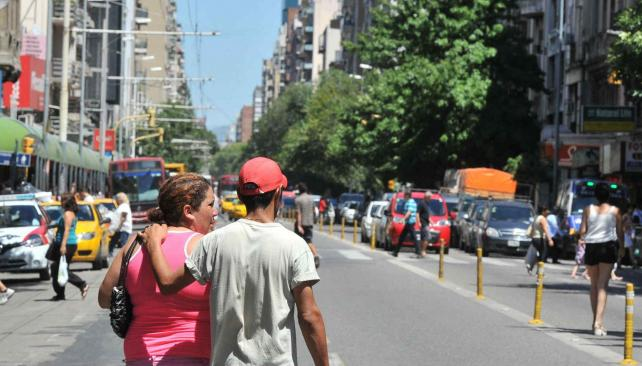 Una pareja cruza por el medio de la Colón, entre Rivera Indarte y San Martín (Antonio Carrizo/LaVoz)