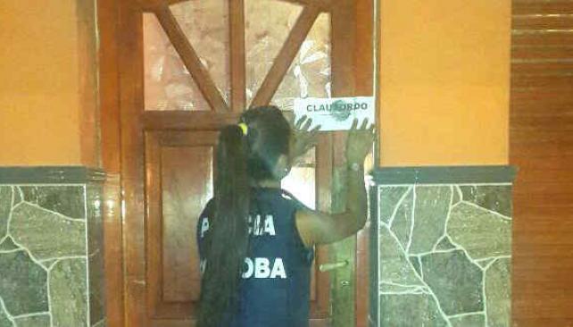 CLAUSURADOS. En tres lugares se había violado la faja anterior, por lo que fueron restituidas (Policía de Córdoba).