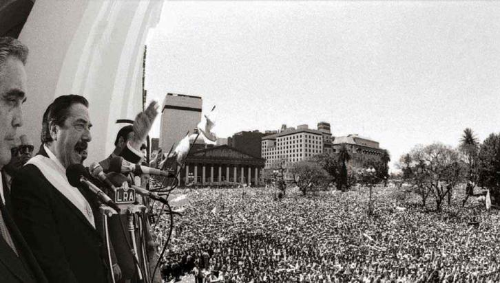 Renacer. Un día luminoso fue el comienzo del mandato de Raúl Alfonsín, primer presidente de la democracia recuperada. Una multitud lo acompañó (Presidencia de la Nación / archivo).