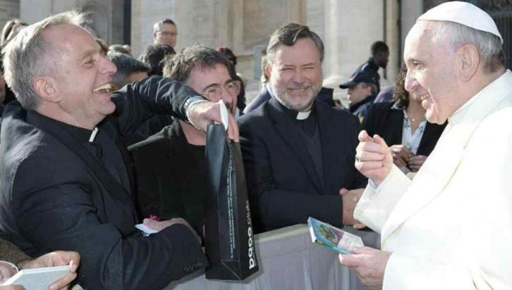 REGALOS. El sacerdote cordobés Gerardo Carcar obsequia al Papa el CD autografiado de La Mona.