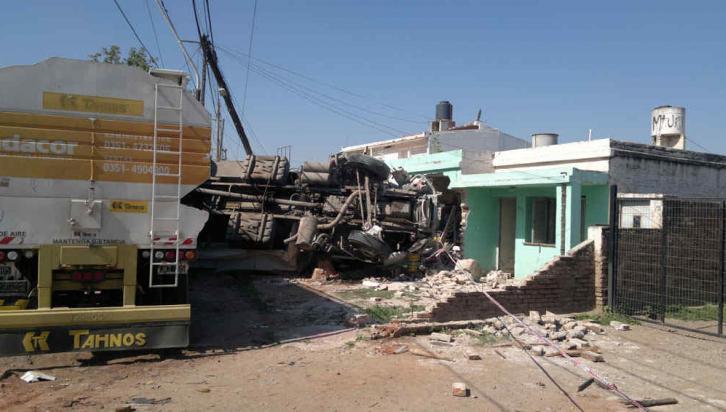 SUSTO. Un camión se incrustó en una casa tras protagonizar un choque con un auto (Raimundo Viñuelas/La Voz).