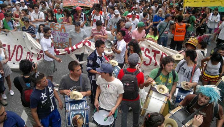 MARCHA DE LA GORRA. Una multitud se movilizó en contra del Código de Faltas (La Voz / Sergio Cejas).