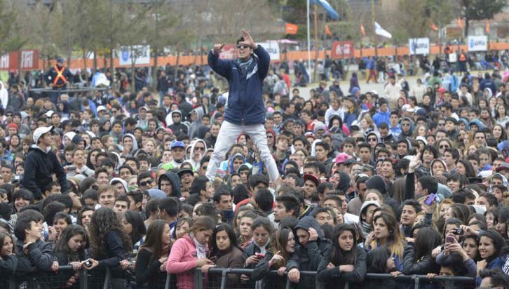 CARLOS PAZ. Una multitud en la fiesta del estudiante (Pedro Castillo).