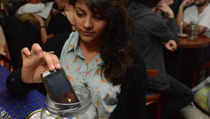 Sin teléfono. El local de Ambrosio Olmos al 500 ofrece una novedad para la ciudad de Córdoba. Los dueños pretenden que las relaciones interpersonales no estén interferidas por el celular (Facundo Luque/LaVoz).