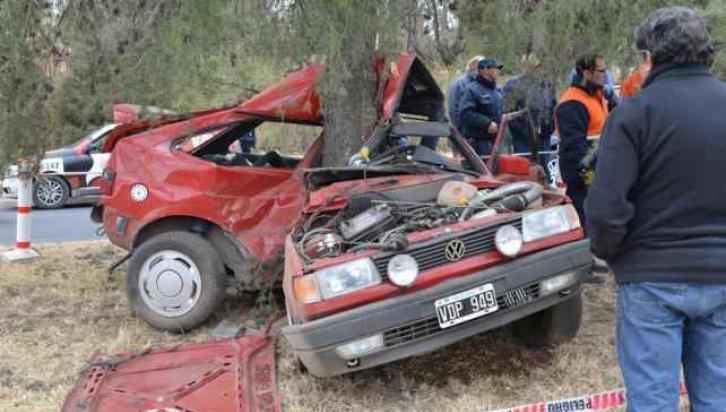 GOL. En Córdoba, un automovilista murió el sábado luego de impactar contra un árbol (LaVoz/Archivo).